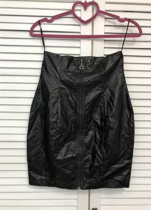Чёрная юбка мини под кожу на молнии, очень высокая посадка