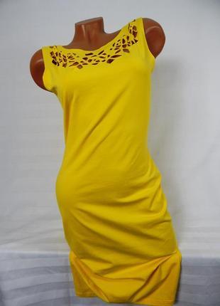 Желтое платье с вырезанным узором