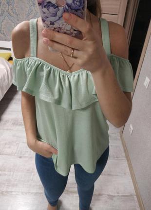 Красивая актуальная блуза с рюшами мятного цвета