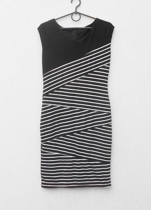 Летнее трикотажное облегающее платье в полоску