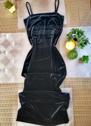 Длинное вечернее платье с разрезом и красивым рисунком бархатн...