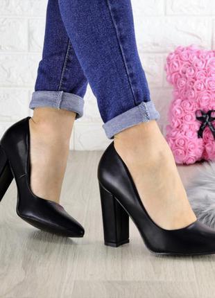 Туфли женские на каблуке черные hussy 1458