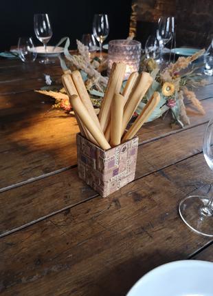 Стаканчик для хлебных палочек из дерева и винной пробки