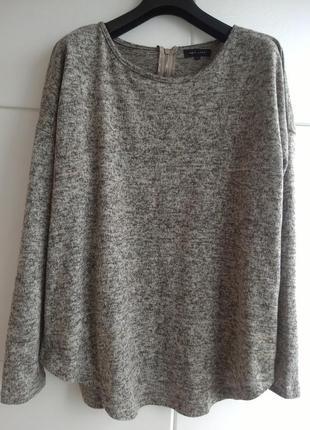 Джемпер серого цвета с молнией на спине и ассиметричным низом ...