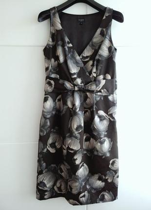 Приталенное шелковое платье с принтом красивых цветов
