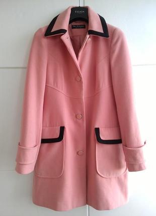 Пальто нежно-розового цвета с контрастной окантовкой