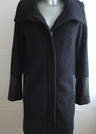 Очень стильное пальто прямого кроя в базовом черном цвете с де...