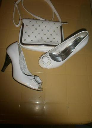 Мягенькие удобные туфли с открытым носком много новой обуви.