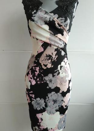 Очень красивое и оригинальное платье с принтом красивых цветов...
