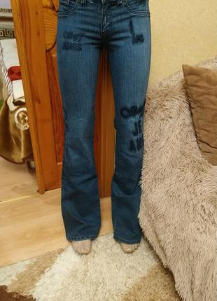 Темные джинсы клеш на худенькую девушку