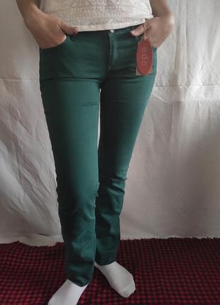 Джинсы насыщенного зелёного цвета edc