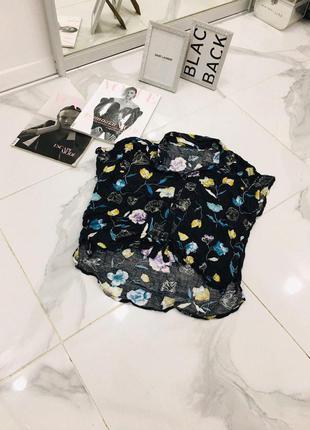 Стильная блуза оверсайз с принтом в цветок и удлиненным задом