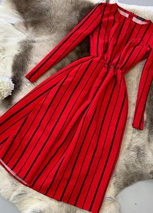 Красное платье миди в полоску