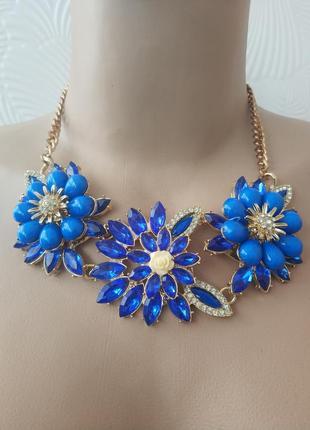 Колье синего цвета с крупными цветами