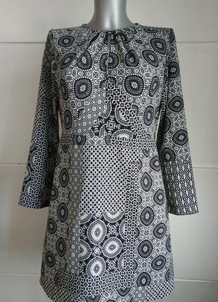 Стильное платье zara с абстрактным принтом