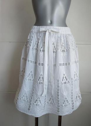 Летняя юбка zara белого цвета с вышивкой красивых цветов