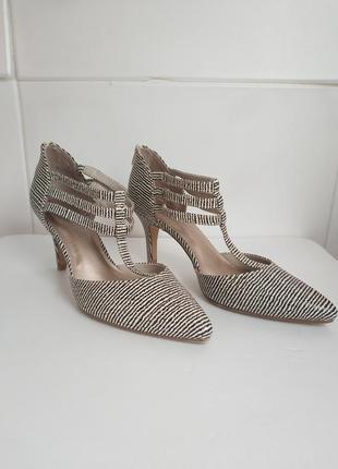 Стильные туфли mark& spencer на удобных каблуках с ремешками