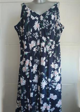Летнее платье-сарафан синего цвета с принтом белых ромашек батал