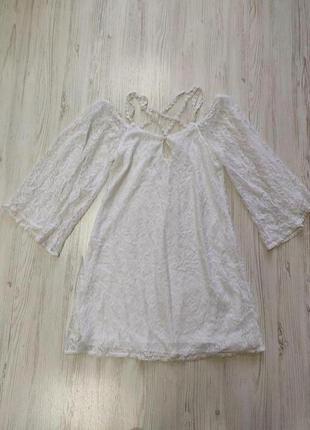 Белое кружевное платье на бретелях с приспущенными шырокими ру...