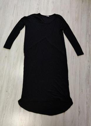 Черное платье в рубчик с длинными рукавами и удлиненным задом