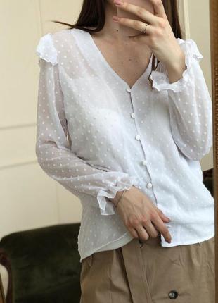 Белая блузка с рюшами в пупырку