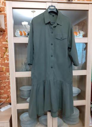 Роскошное с карманами по бокам и воланом по низу платье рубашк...