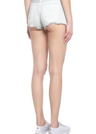 Белые джинсовые сексуальные короткие шорты. короткие белые шорты