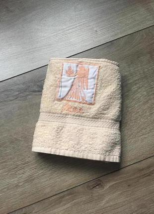 Махровое бежевое полотенце для лица/ног. небольшое полотенце
