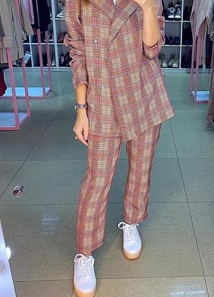 Базовый брючный костюм в клетку oversize. костюм брюки и пиджа...