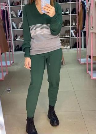 Зелёный  брючный вязаный костюм на весну. костюм трикотажный в...