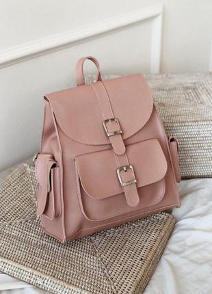 Розовый рюкзак с карманами и пряжками. рюкзак сумка пудрово-ро...