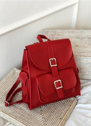 Красный рюкзак с карманами и пряжками. рюкзак сумка алая красн...