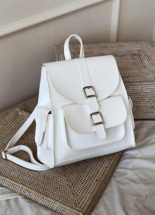 Белый рюкзак с карманами и пряжками. рюкзак сумка белая светла...