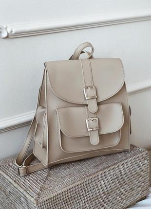 Бежевый рюкзак с карманами и пряжками. рюкзак сумка бежевая св...