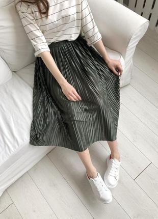 Легкая миди юбка плиссе на резинке. хаки юбка плиссе на резинк...
