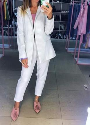 Базовый белый в полоску брючный костюм. костюм пиджак и брюки,...