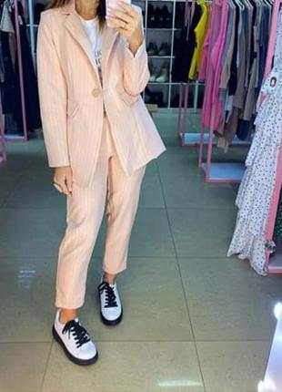 Базовый персиковый в полоску брючный костюм. светлый костюм пи...