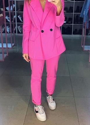 Розовый трикотажный брючный костюм. костюм пиджак и брюки. хс-м
