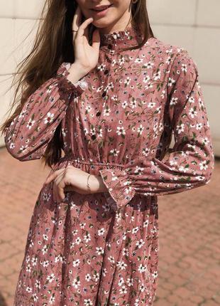 Вельветовое миди платье в рубчик. пудровое платье в цветочный ...