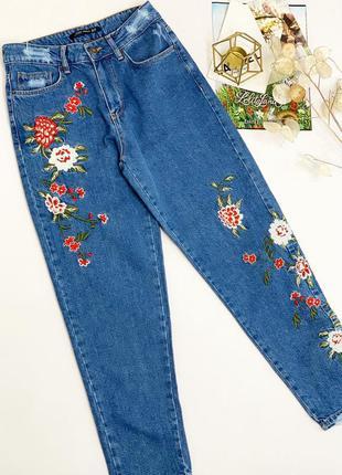 Базовые джинсы момы. джинсы mom с вышивкой. 26 и 27 размер.