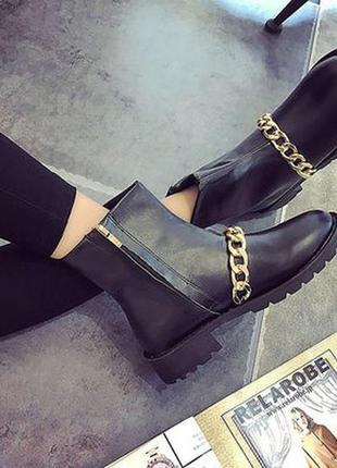 Стильные ботинки с цепью