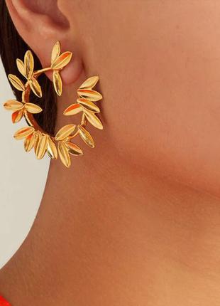 Круглые нарядные серьги листья золотого цвета