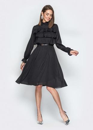 Чёрное платье с воланами по верху и юбкой-клёш