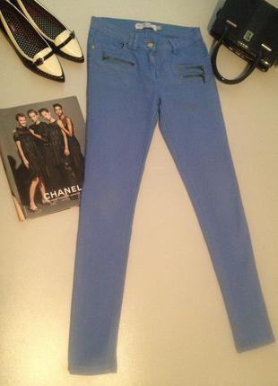 Актуальные узкие джинсы голубого цвета.030