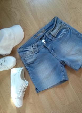 Актуальные фирменные шорты джинсовые голубые