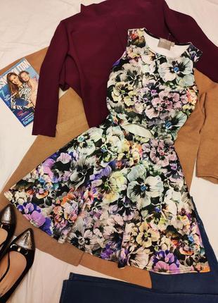 Платье серое фиолетовое чёрное белое цветочное с вырезом на бо...