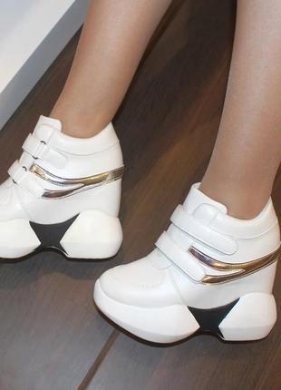 Женские белые кроссовки сникерсы на липучках