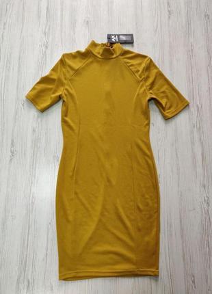 Горчичное платье под шею с короткими рукавами и длинной ниже к...