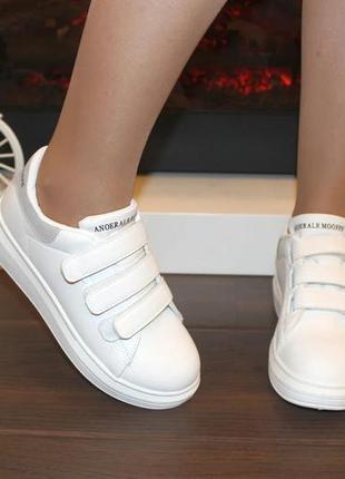 Женские белые кроссовки на липучках с серой пяткой