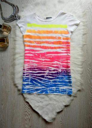 Белая футболка с ярким цветным принтом рисунком разноцветный р...